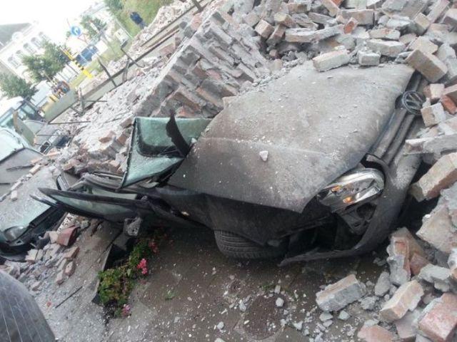 Кирпичная стена упала на автомобили