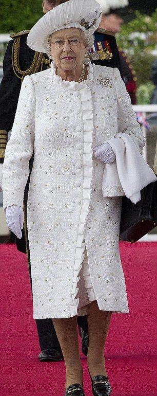 Британская королева 50 лет носит одинаковые туфли
