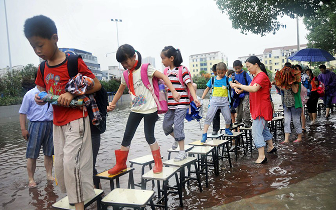 Дети идут в школу используя мост из