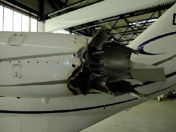 Самолет, пролетевший через пепел