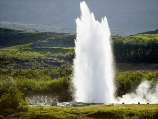 Выброс воды из гейзера
